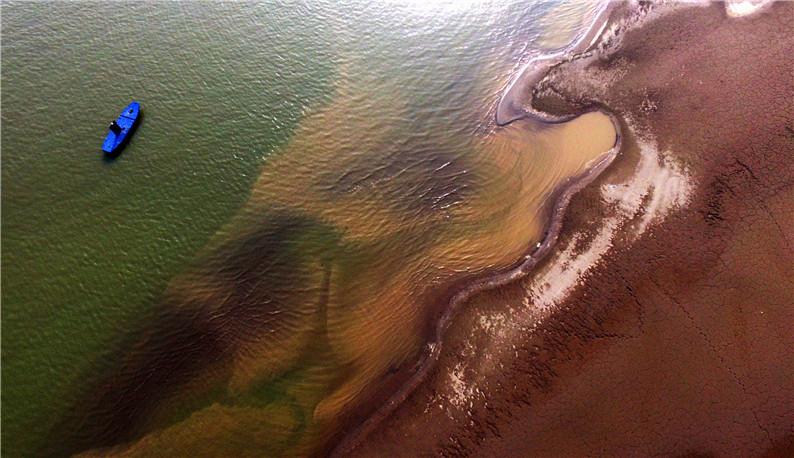 长江中下游进入枯水期 武汉天兴洲呈现壮观沙滩