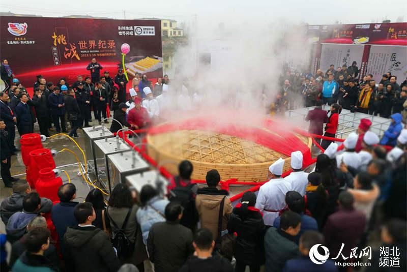 """首届湖北·荆州鱼糕节开幕 """"超级鱼糕""""刷新世界纪录"""