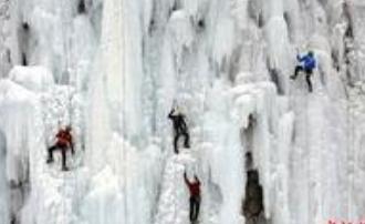 捷克城市中心瀑布冰墙吸引攀登者