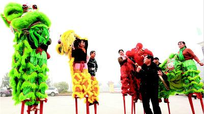 高跷舞狮队精心训练迎新春