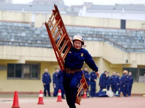 湖北咸宁消防队员数九寒天开展冬训体能对抗