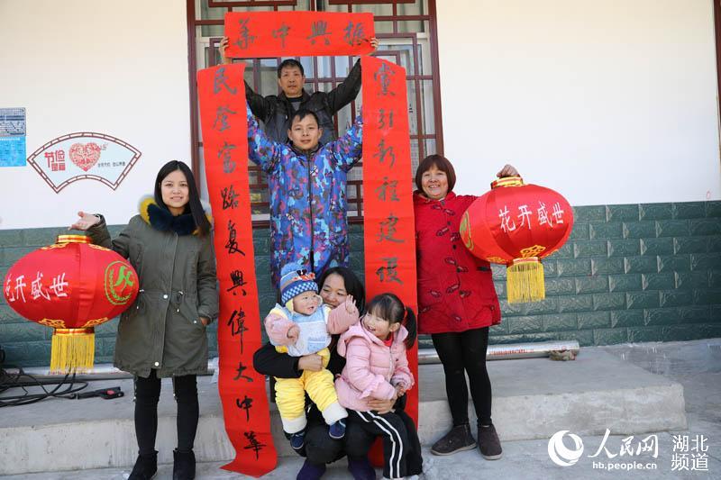 湖北鹤峰:书法家上门义写春联 让贫困搬迁户温暖过大年
