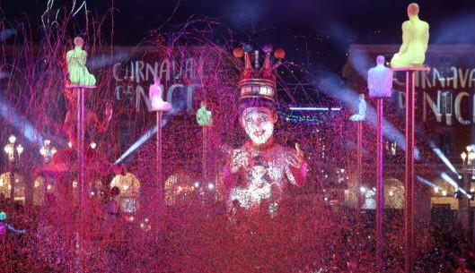 """第135届尼斯狂欢节开幕 夜幕之下""""巨人""""横行"""
