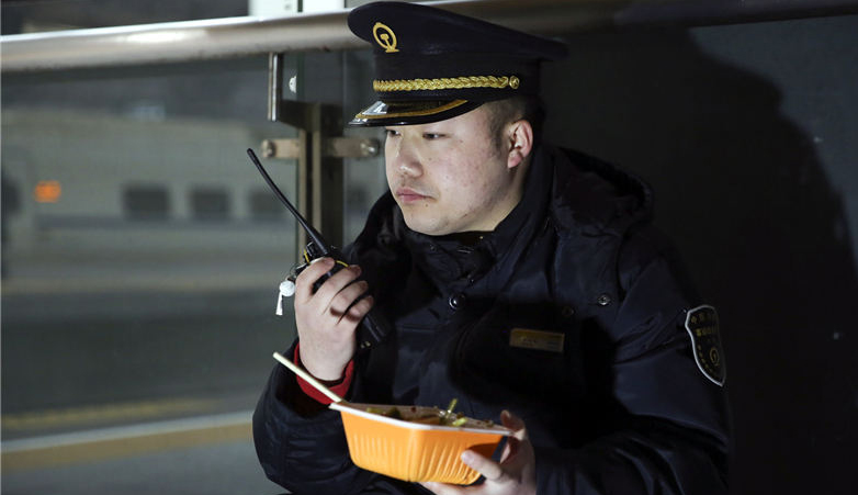 汉口车站站台上别样的午餐
