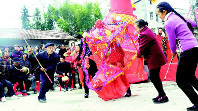 采莲船摆手舞 贫困村里的欢乐年