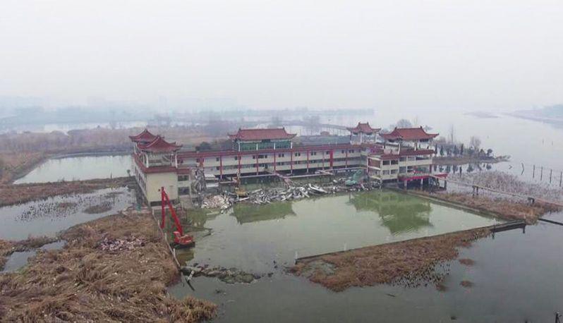 湖北襄阳修复汉江生态 拆除河道最大酒楼