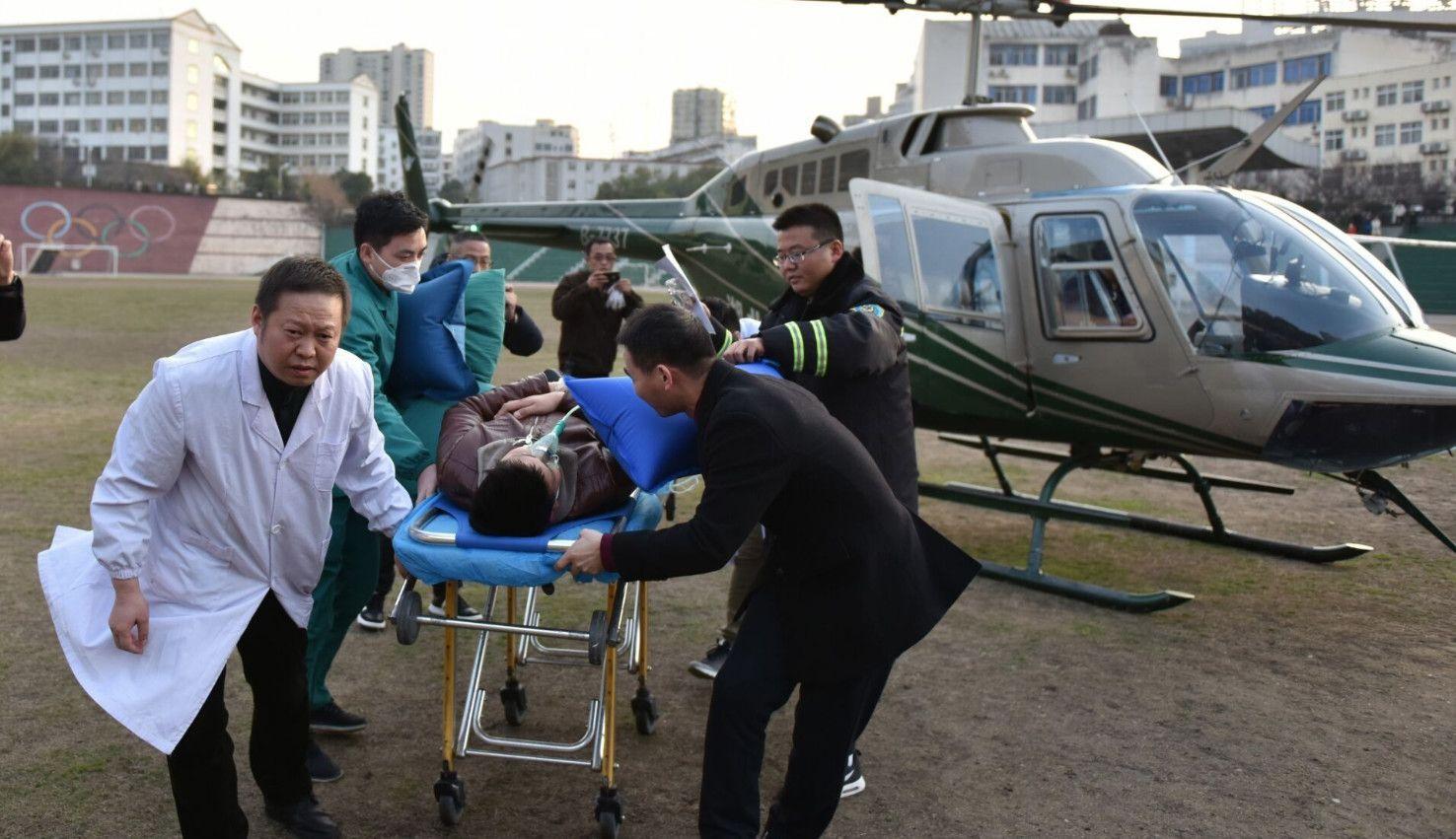 鄂西北山区,正在演练空中救援的直升机突然接到命令:中止演习,转入实战