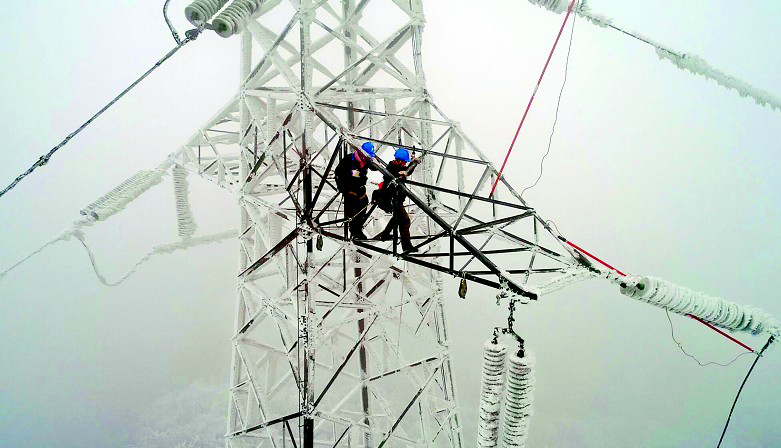 高压输电线断裂 200多名电力工人冰冻之颠大抢修