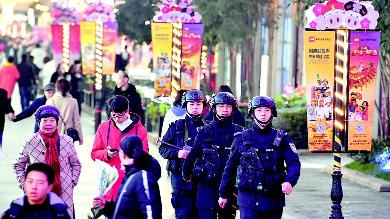 武汉公安:特警巡逻保平安