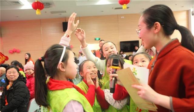 汉阳小志愿者们为福利院老人办元宵文艺汇演