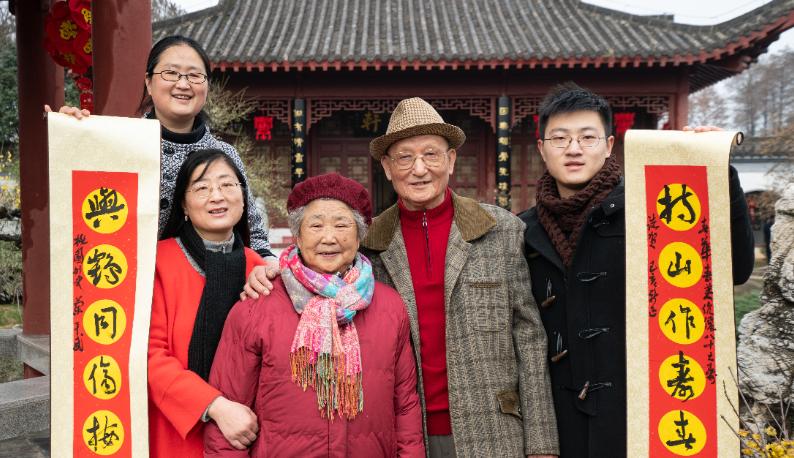 50组三代同堂家庭在东湖梅园赏梅迎春,他们说这里有武汉最浓的年味