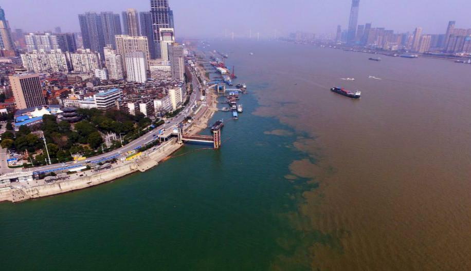 """武汉两江交汇处现""""泾渭分明""""景观"""