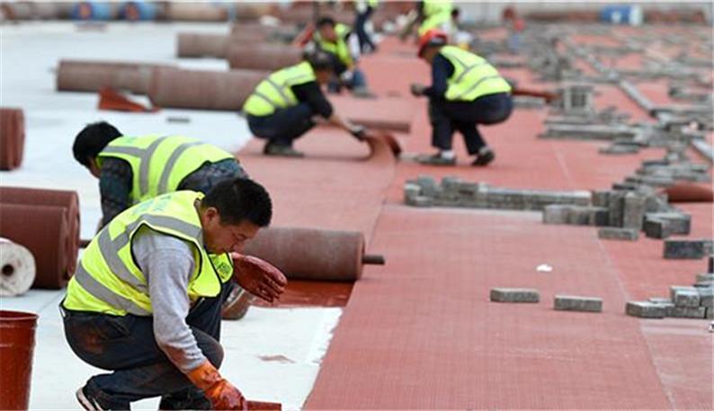 武汉五环中心体育场开始铺设跑道