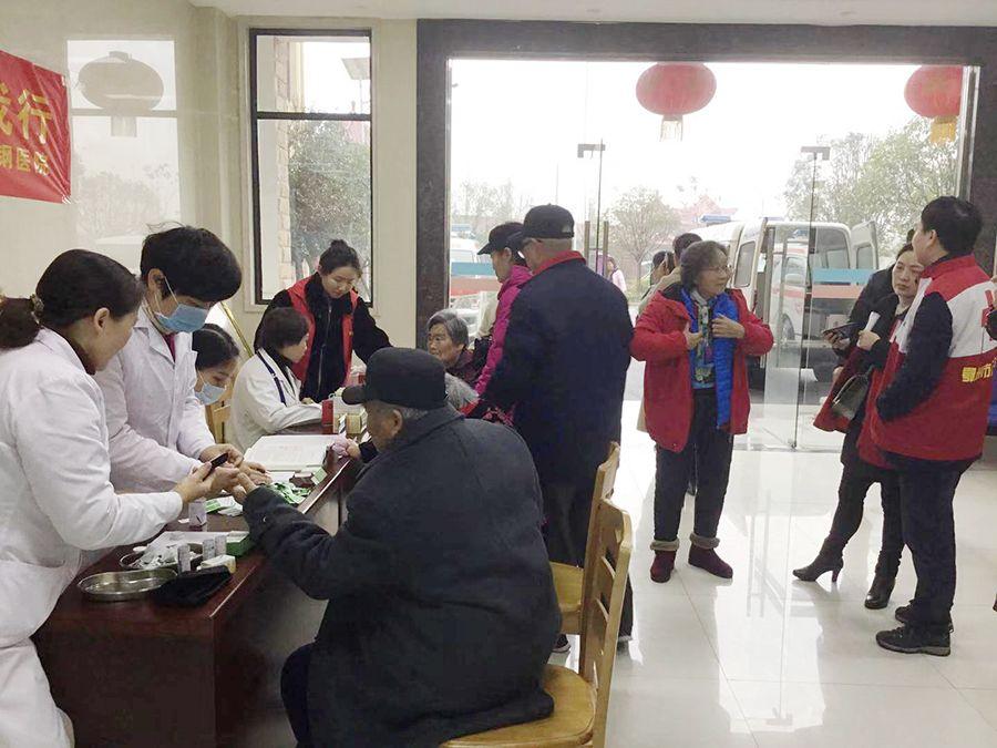 """【地市快讯】鄂钢医院红十字志愿服务队开展""""学雷锋日""""义诊活动"""