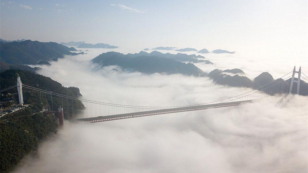 在云端!航拍矮寨大桥 穿云而过如梦如幻