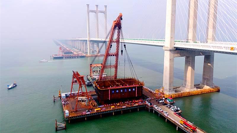 在汉央企承建国内首座跨海高速铁路桥主墩钢吊箱顺利吊装