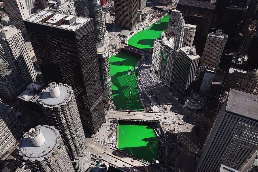 他们为庆祝节日染绿了美国的一条河