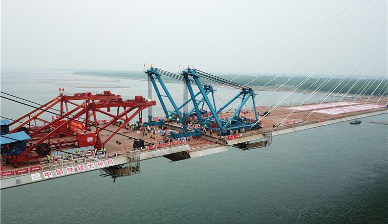 石首长江公路大桥顺利合龙 9月底建成通车