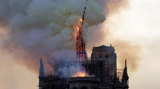 巴黎圣母院发生大火 标志性尖塔已倒塌