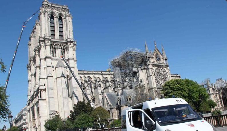 巴黎圣母院在严密戒备中进行紧张清理维护