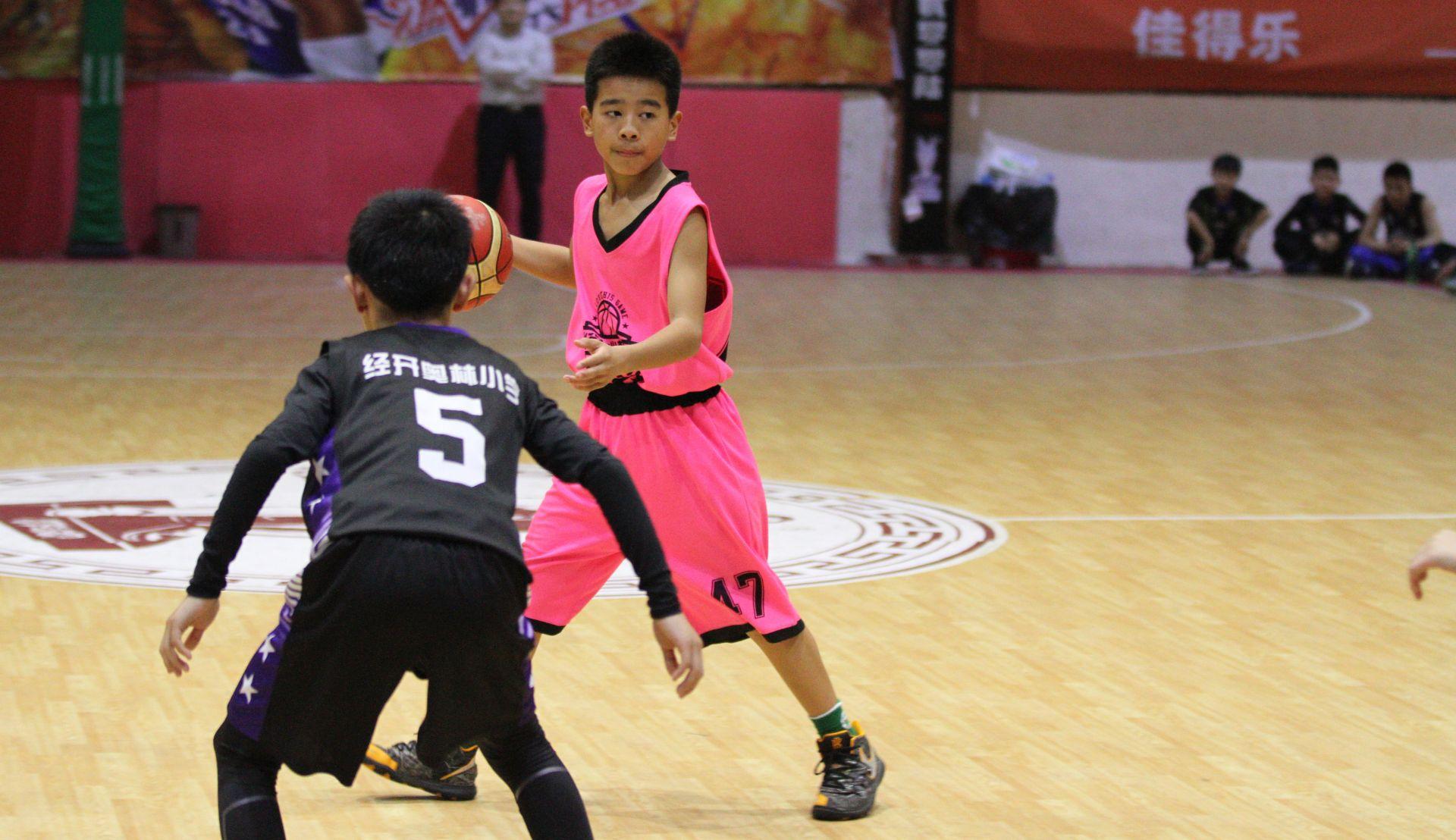 """小学生篮球赛一样玩得嗨 """"苗苗杯""""小篮球赛吸引湖北近百参赛队"""