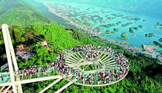 逾万游客俯瞰阳新仙岛湖