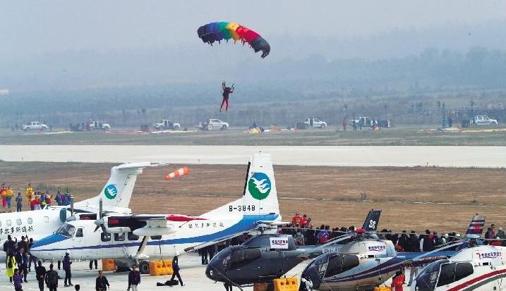 18日起到汉南机场看空中抓钥匙、飞机写汉字