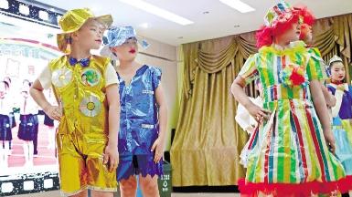 小学生用塑料袋制成时尚服装