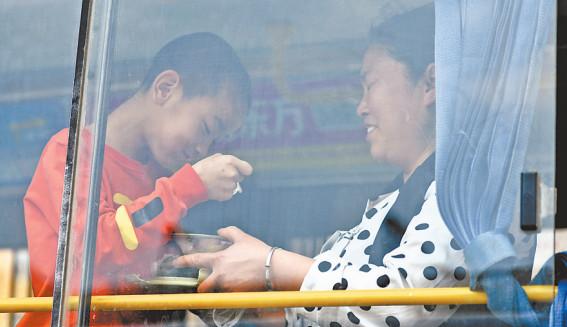 九年40万公里 妈妈每天穿越大半个武汉送脑瘫儿做康复