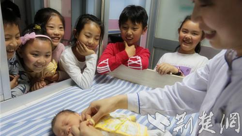 襄阳6名小学生重返出生地 产房里感知母亲的伟大与艰辛