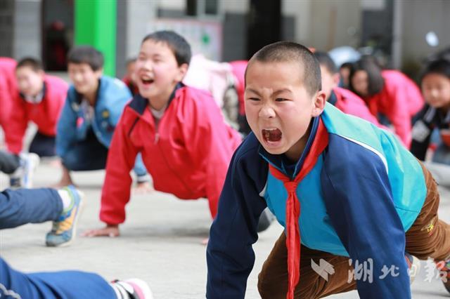 竹山希望小学师生习炼易筋经