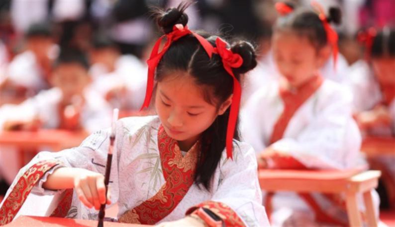 """南京小学生着汉服习礼仪感悟""""十岁成长礼"""""""