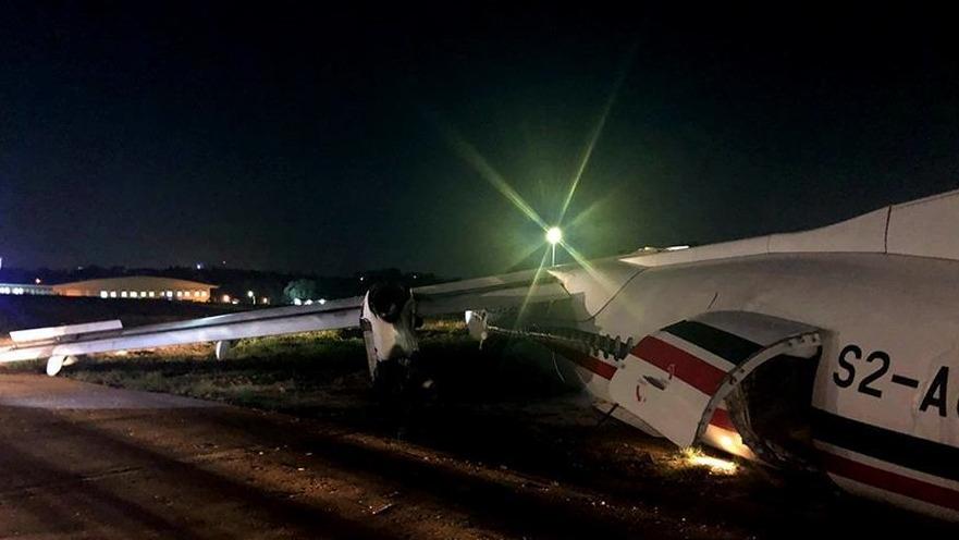 一架客机在缅甸降落时滑出跑道 飞机断成三截