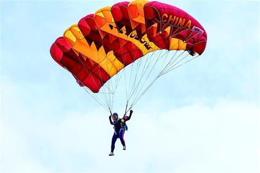 跳伞队员千米高空精准降落靶盘心——朵朵伞花绽放汉南