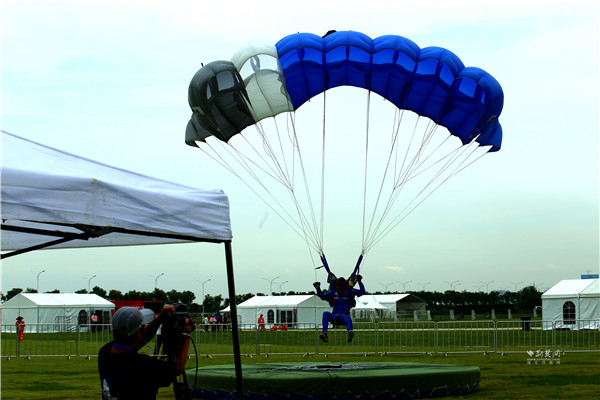 第七届世界军人运动会跳伞项目测试赛在武汉开赛(组图)