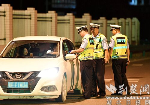 保康警方严查交通违法行为 一晚