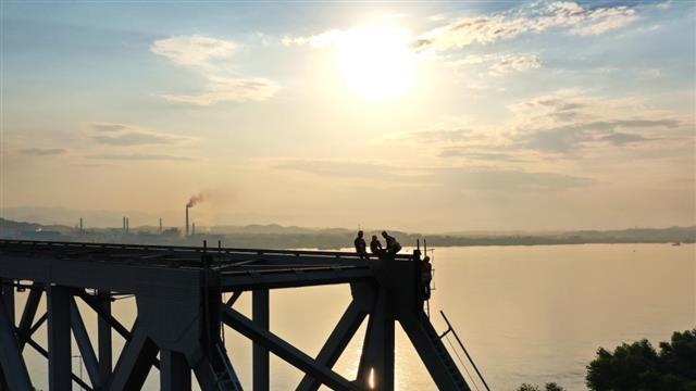 宜昌:桥梁工人维护铁路战高温