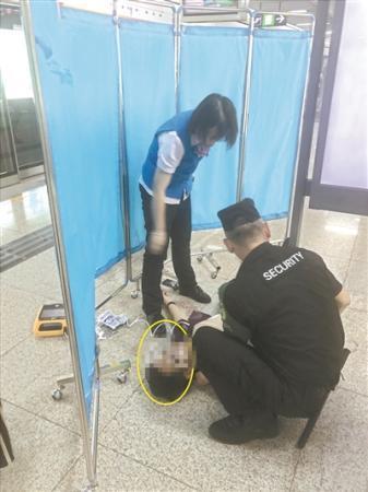 地铁站内上演生死救援:小伙呼吸骤停,众人上演生死救援(图2)