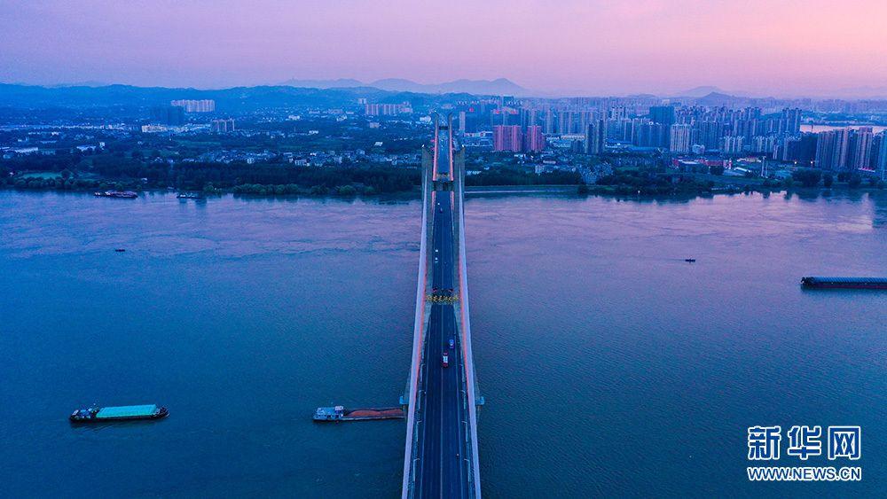 夏日夕阳红似火!鸟瞰余晖下的湖北鄂黄长江大桥(图4)