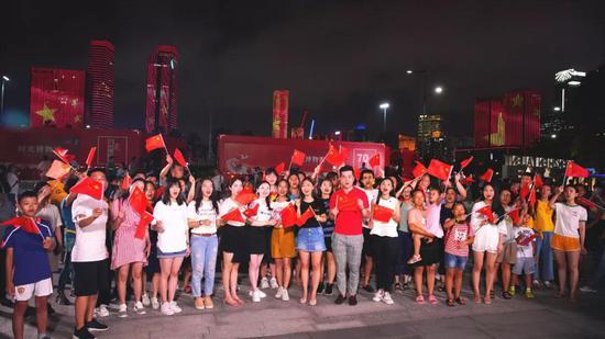 深圳600架无人机 对香港喊话:我爱你中国!现场超然!