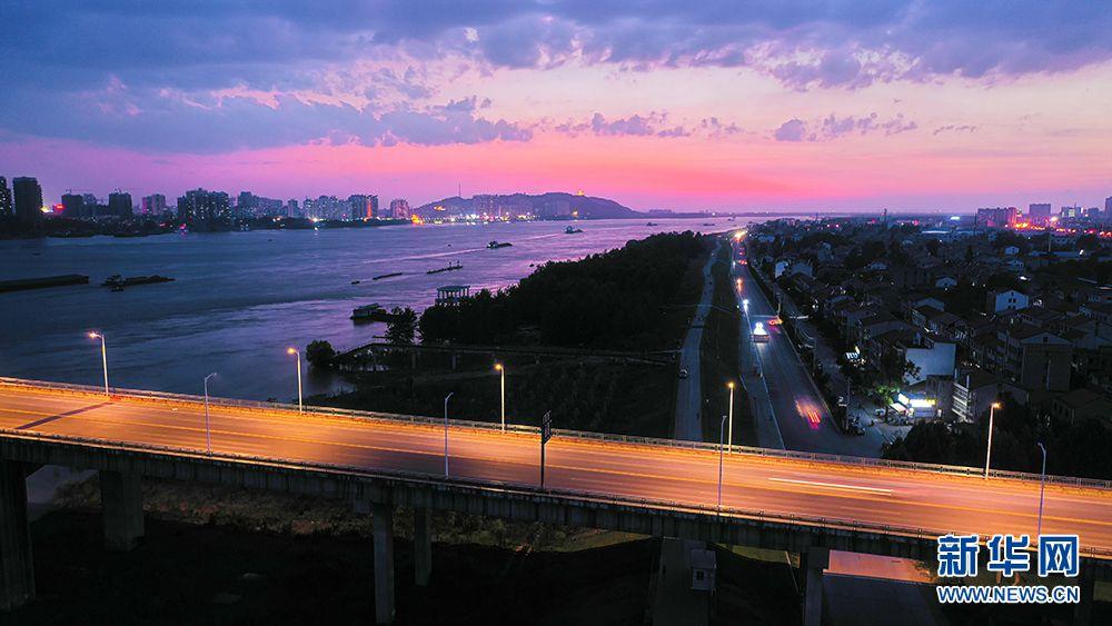 夏日夕阳红似火!鸟瞰余晖下的湖北鄂黄长江大桥(图2)