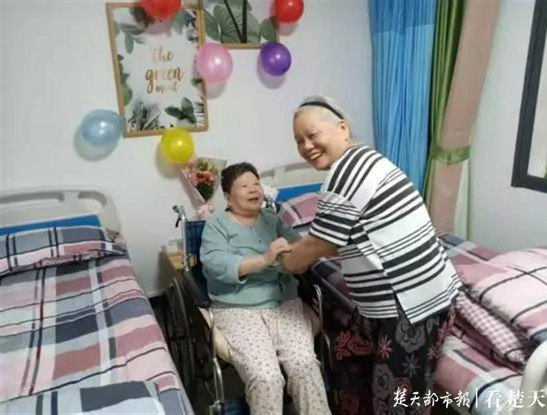 护工贴心照料生活起居,七旬婆婆住进养老服务中心