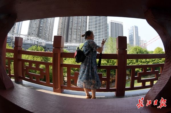 当日下午记者在汉阳江滩观江亭看到不少市民陆续前来参观拍照.