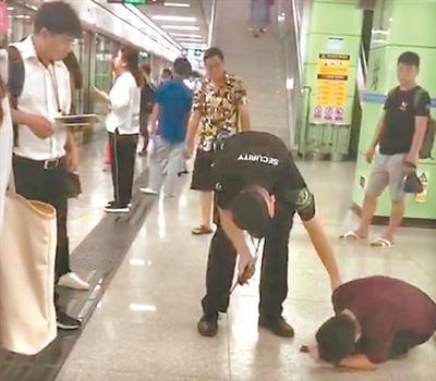 地铁站内上演生死救援:小伙呼吸骤停,众人上演生死救援(图1)