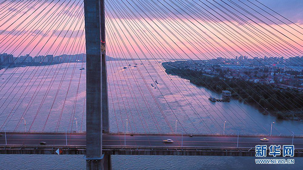 夏日夕阳红似火!鸟瞰余晖下的湖北鄂黄长江大桥(图3)