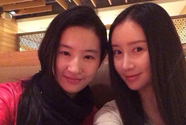 網友偶遇劉亦菲舒暢逛街 神仙友情令人稱羨