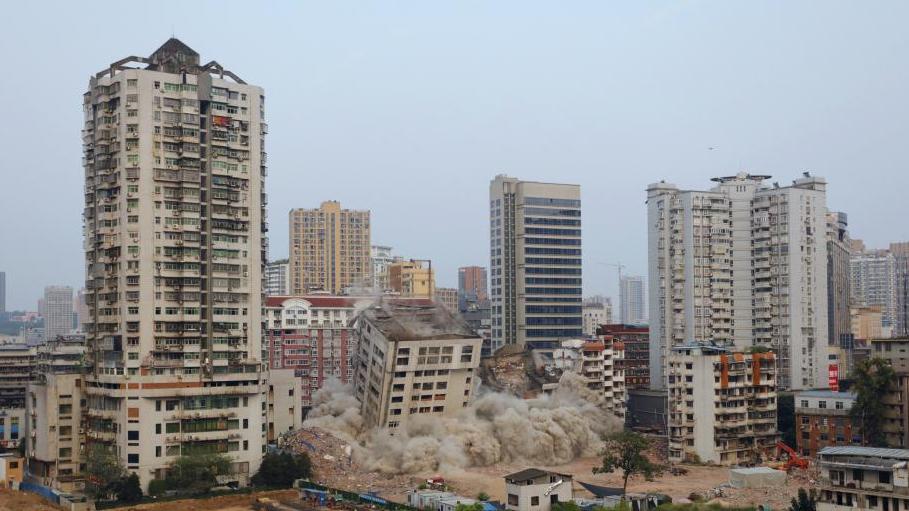 湖北宜昌爆破拆除城中高楼 将建大南门新地标