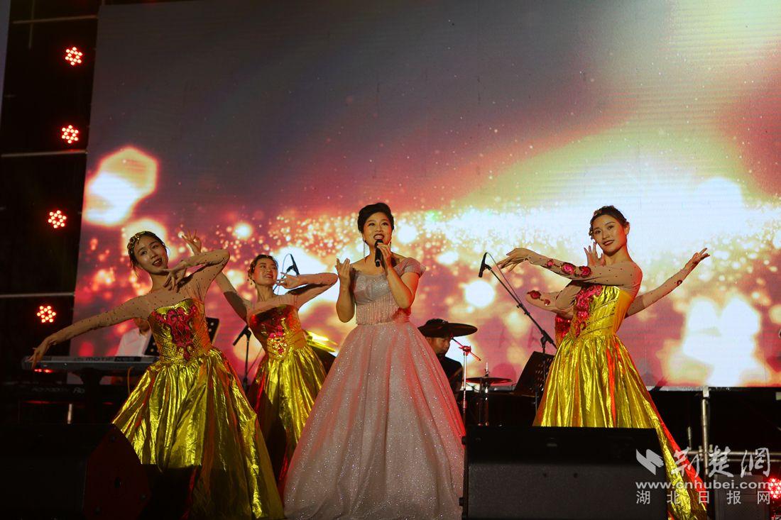 """宜昌九凤谷草地音乐节千人合唱""""我爱你中国"""""""