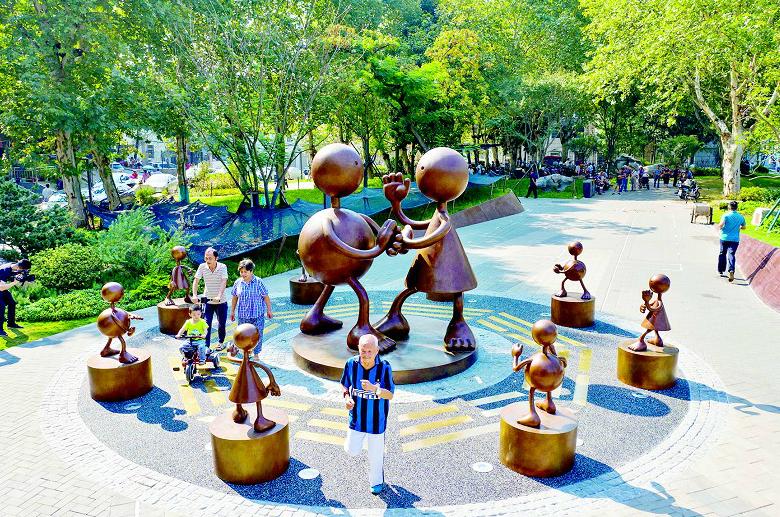艺术雕塑舞动右岸大道