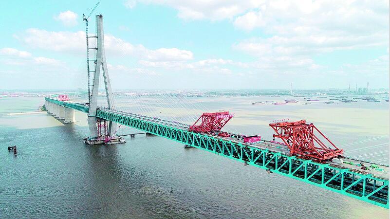 """汉军叫响""""中国桥"""" 首座主跨超千米的公铁两用斜拉桥合龙"""